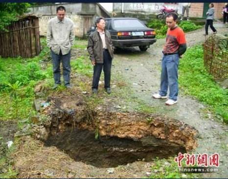Яма образовалась на дороге в уезде Тунлян города Чуньцина. В четырёх ближайших к ней крестьянских домах появились трещины. Июнь 2010 год. Фото с aboluowang.com