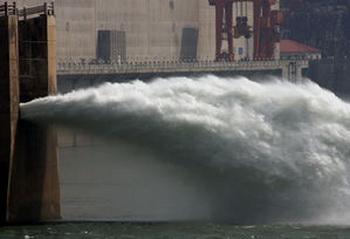 Плотина «Три ущелья» в Ичане в процессе строительства в мае 2006 года. Фото: AFP/Goh Chai Hin