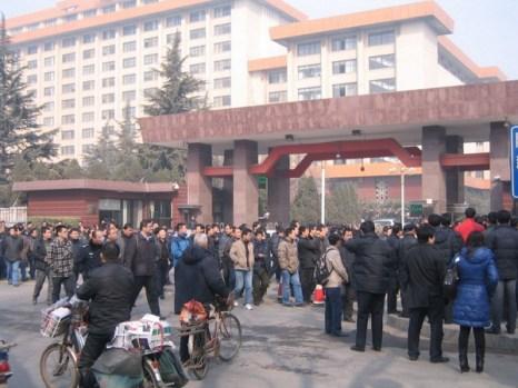 17 февраля, в день праздника фонарей, около 10 часов утра, сотни ветеранов собрались перед зданием правительства провинции Шаньси, чтобы коллективно подать апелляцию. Фото: epochtimes.com