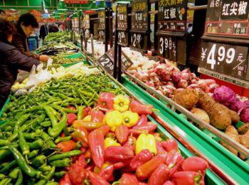 На продуктовом рынке в провинции Хубэй. В исследовании, проведенном Народным Банком Китая, было выявлено, что более 50 % китайцев полагают цены на продукты неприемлемо высокими. Фото: Getty Images