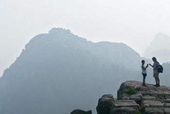 Отец и сын перед горой Тай Шань, одной из знаменитых пяти даосских гор в провинции Шаньдун. Китай. Фото:Frederic J.BROWN/AFP/Getty Images