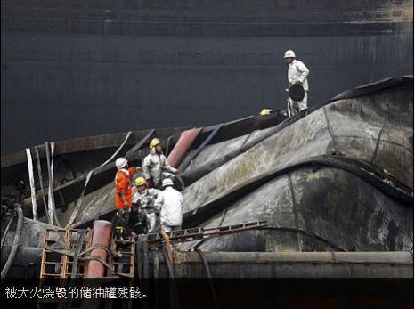 Сгоревшая в результате аварии нефтяная цистерна. Фото AP Photo