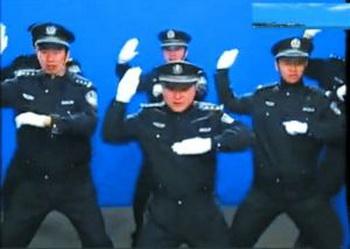 Мужчины полицейские в Пекине танцевали в стиле Майкла Джексона.