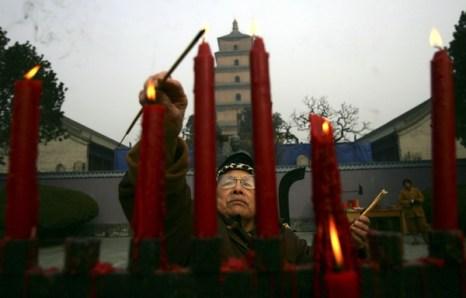 В Китае в Новый год традиция возжигание ладана.Фото:Getty Images