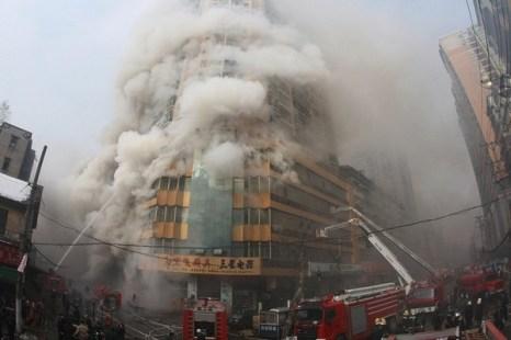 Китай. В 23-этажном доме в городе Ухане провинции Хубэй утром 8 января начался пожар. Пламя охватило около тысячи квадратных метров площади здания. Информации о пострадавших не поступало.