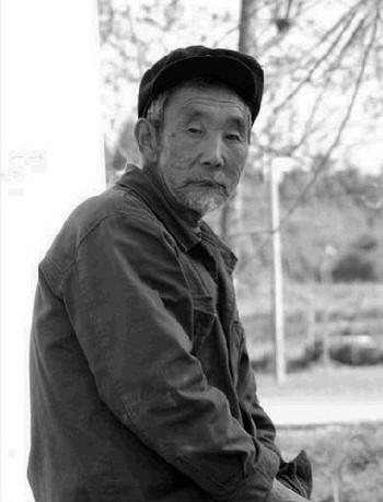 Стареющее население Китая, на фото одинокий китайский пенсионер