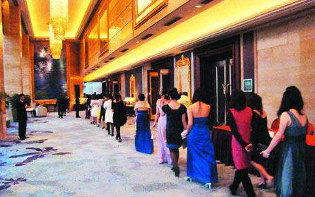 Девушки идут в клуб знакомств для богачей. Город Шеньчжень. 2010 год. Фото с wh.house.sina.com.cn