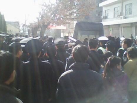 Тысячи рабочих протестуют против низкой компенсации обанкротившейся фабрики. Провинция Шэньси. Декабрь 2010 год. Фото с epochtimes.com