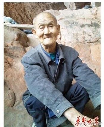 «Пещерный дедушка» 80-летний Ли Гаобан уже 40 лет живёт в пещере. Провинция Хунань. Фото с epochtimes.com