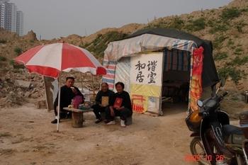 Выселенные из своих домов крестьяне вынуждены жить в самодельных времянках. Провинция Шаньдун. 2009 год. Фото с epochtimes.com