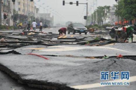 Асфальтовое покрытие после наводнения превратилось в хаотично разбросанные пластинки. Провинция Цзянси. Июнь 2010 год. Фото с aboluowang.com