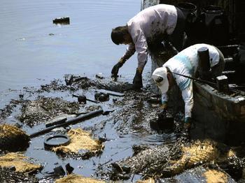 Большую часть работы по ликвидации загрязнения выполняют рыбаки вручную. Фото: LIU JIN/AFP/Getty Images