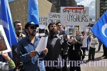 Уйгуры призывают китайские власти прекратить политику геноцида в отношении их нации. Напротив консульства КНР в Калгари (Канада). Фото: The Epoch Times