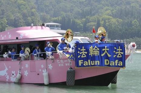 Празднование Всемирного Дня Фалунь Дафа. На озере Жиюетан, Тайвань. Май 2011 год. Фото: The Epoch Times