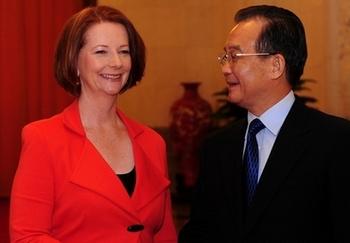 Премьер-министр Австралии Джулия Гиллард во время беседы с премьер-министром Китая Вэнь Цзябао. Пекин. 26 апреля 2011 год. Фото: AFP