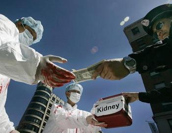 Последователи Фалуньгун инсценируют процесс оплаты за незаконно вырезанные в Китае человеческие органы. 19 апреля 2006 года, Вашингтон, США. Фото: Jim Watson/AFP/Getty Images
