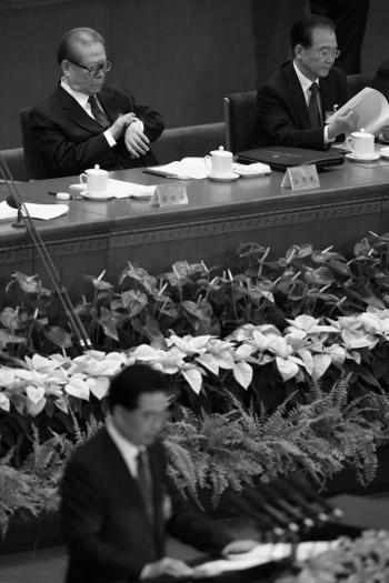Уходящий лидер коммунистической партии Китая Ху Цзиньтао выступает на XVIII съезде партии. Это была прощальная речь Ху Цзиньтао в качестве лидера партии 8 ноября, Пекин, Китай. Цзян Цзэминь смотрит на часы. Фото: Feng Li/Getty Images