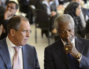 Кофи Аннан, специальный посланник ООН в Сирии (справа) беседует с министром иностранных дел России Сергеем Лавровым по встрече группы поддержки Сирии в Женеве 30 июня 2012 года. Фото: LAURENT GILLIERON/AFP/GettyImages