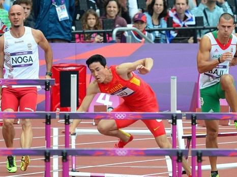 Лю Сян упал на предварительном мужском забеге на 110 метров с барьерами на Олимпийских играх в Лондоне 7 августа 2012 года. Фото: Gabriel Bouys/AFP/GettyImages