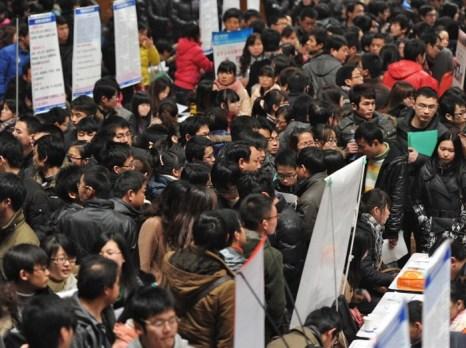 Тысячи людей, ищущих работу, пришли на трудовую ярмарку в Хэфэе восточной провинции Аньхой, 25 февраля. Спад на рынке жилья создаст безработицу и будет угнетать другие секторы экономики, которые зависят от недвижимости. Фото: STR/AFP/Getty Images