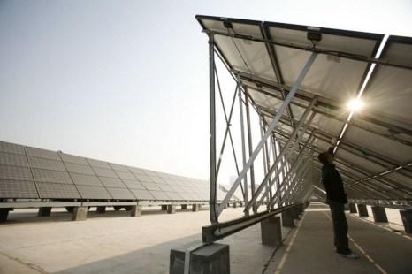 Рабочий очищает солнечные батареи на фотоэлектрической электростанции г. Синин провинции Цинхай, Китай. Фото: China Photos/Getty Images