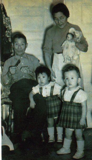 Хань Сю, менее 2-х лет (первая справа). Дедушка с бабушкой в детской. Фото с сайта theepochtimes.com