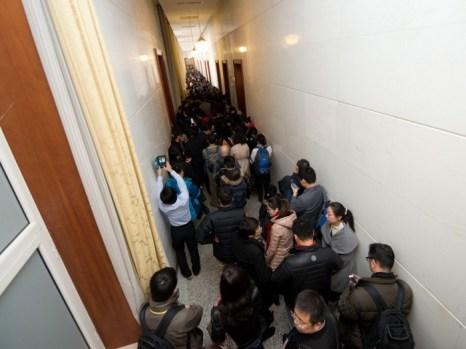 Толпа репортёров ожидает, когда их допустят в главный зал Дома народных собраний на закрытие XVIII съезда, состоявшегося в Пекине 14 ноября 2012 г. В конце концов, журналистам разрешили присутствовать лишь на заключительных минутах съезда. Фото: Ed Jones/AFP/Getty Images