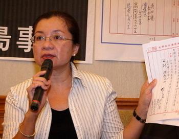 Член Законодательного Юаня Дянь Цзю-цзинь держит документы, связанные с недавней резолюцией по трансплантационному туризму. Фото: Lin Bodong/Epoch Times