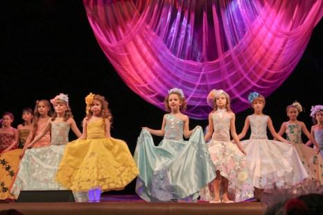 Свою коллекцию бальных платьев «Нежность» представляет творческое объединение «Большие и маленькие».  Фото: Нина Апёнова/Великая Эпоха (The Epoch Times)