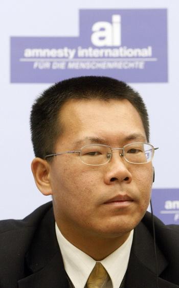 Китайский адвокат по правам человека Тэн Бяо выступает на пресс-конференции в офисе немецкого отделения Amnesty International, Берлин, 7 декабря 2007 года. Тэна, по крайней мере, дважды арестовывали в Китае за защиту прав человека. Фото: Marcus BRANDT/AFP/Getty Images
