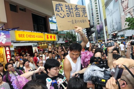 Человек держат баннер с подписью «Спасибо Гонконг — от студента с материка». Фото: Song Xianglong/The Epoch Times
