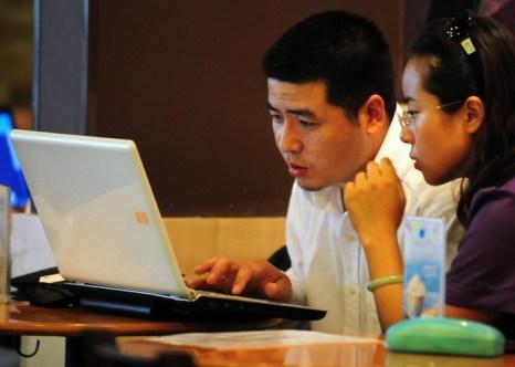 Китайских пользователи интернет-кафе, Пекин, 2009 год. «Онлайн-разгон» — это обычная тактика запугивания перед 18-м всекитайским съездом компартии, который состоится в этом году. Фото: Frederic J. Brown/AFP/Getty Images