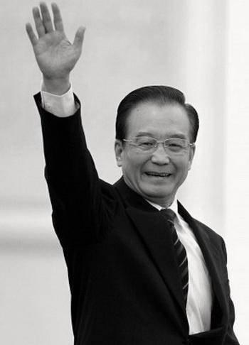 Премьер Госсовета КНР Вэнь Цзябао приветствует СМИ после окончания пресс-конференции в Пекине, 14 марта 2012 года. Фото: Lintao Zhang/Getty Images