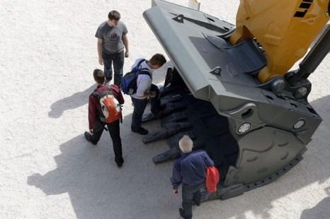 Посетители осматривают экскаватор на международной выставке в Мюнхене, Германия, 18 апреля 2013 года. Фото: Christof Stache/AFP/Getty Images