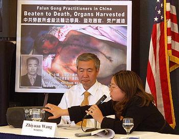 Спикер Всемирной организации по расследованию преступлений в отношении Фалуньгун (ВОРПФ) Ван Чжиюань рассказывает об извлечении органов. Фото с сайта theepochtimes.com