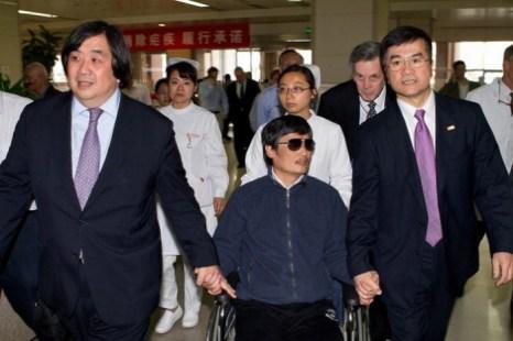 Китайский диссидент Чэнь Гуанчэн (посередине) держит за руку посла США в Китае Гэри Лока (справа), 2 мая 2012 года, Пекин, Китай. Фото: U.S. Embassy Beijing Press via Getty Images