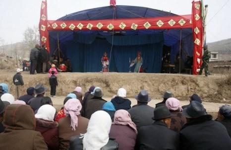 Жители деревни Ланьлункоу смотрят оперу «Циньцян» на храмовой ярмарке, состоявшейся  в честь празднования фестиваля «эр юэ эр» или «Дракон поднимает голову». Фото: China Photos/Getty Images