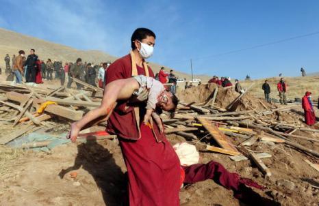 В Китае тибетские монахи кремировали жертв землетрясения. Фото: FREDERIC J. BROWN/AFP/Getty Images