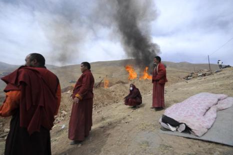 В Китае тибетские монахи кремировали жертв землетрясения. Фото: LIU JIN/AFP/Getty Images