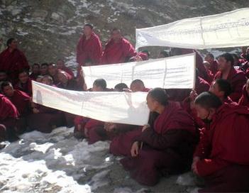 Тибет: монахи-участники мирной демонстрации в Триду 8 февраля 2012г. Фото сайта: avetibet.ru