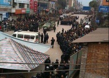29 марта в провинции Юньнань тысячи протестующих были разогнаны вооружённой полицией, использующей специальный транспорт. Фото: Letian.net