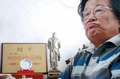 Цюй Сяо в своём доме в последние годы жизни. В 1991 году, во время выступления в США, Цюй Сяо был высмеян, когда на сцене он толкал речь, восхваляющую коммунистическую партию. С этого момента его карьера была предрешена. Фото: blog.wanxia.com
