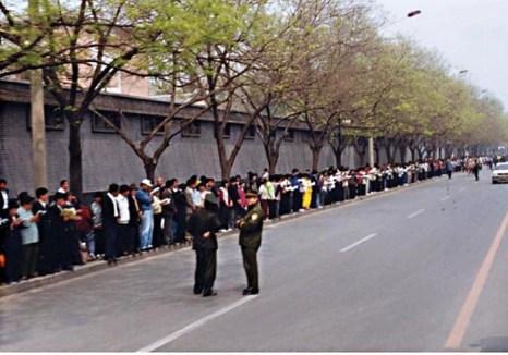 Последователи Фалуньгун собрались вокруг Чжуннаньхай, чтобы мирно потребовать справедливого обращения, 25 апреля 1999 года. Фото: Clearwisdom.net