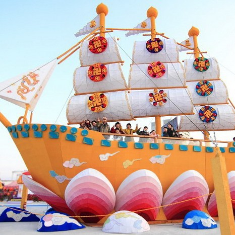 Красивая лодка Фа на цветке лотоса. Фото: Chen Baizhou/The Epoch Times