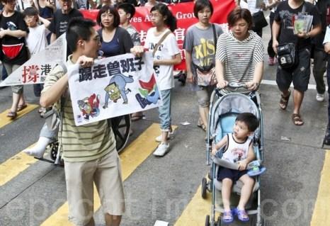 Цены на недвижимость в Гонконге после притока  денег из материкового  Китая взлетели до небес,  поэтому члены семей, пострадавших от жилищных проблем, вышли на демонстрацию. Фото: Songxiang Long / The Epoch Times