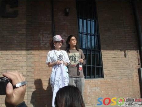 Многие в знак поддержки оставили свои подписи на простыне, что лежала перед ней. Среди них известная танцовщица Луй Йшен выразила понимание и поддержку девушке. Фото: epochtimes.com