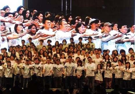 В Гонконге прошла благотворительная акция в память жертвам землетрясения в Японии. Фото: Mайк Кларк / AFP / Getty Images)