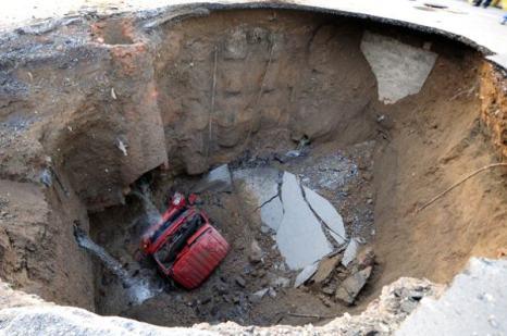 Провал на дороге Пекина обнаружили 25 апреля. Фото: AFP Getty Images