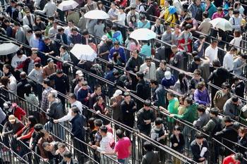 Во второй половине дня 7 мая сотни людей собрались в очереди в Пекинском магазине Apple, чтобы приобрести IPad 2.Фото: Линтао Чжан. Getty Images.