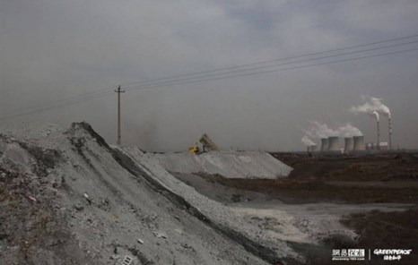 Угольную золу вваливают в кучи под открытым небом. Фото с epochtimes.com